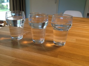 drie gevulde bierglazen met water